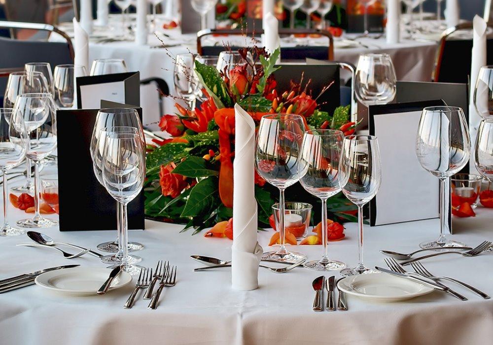Apparecchiare la tavola con classe per una cena elegante e - Apparecchiare una tavola elegante ...